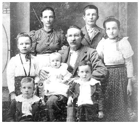Thaddeus Mansker (1842-1912),  Myra Ryan/Rhyns(?) Underhill and children.